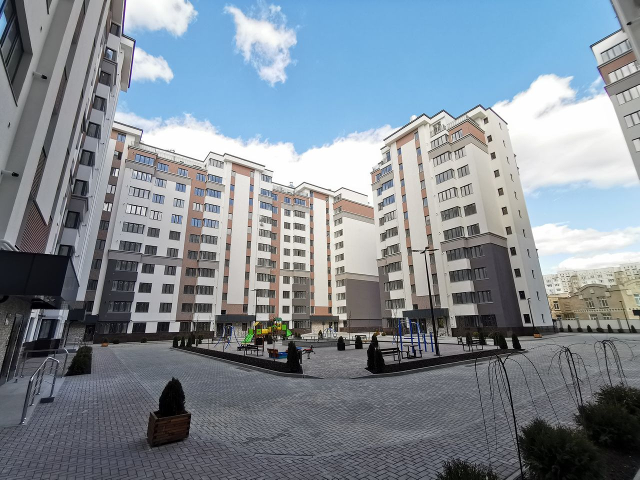 Apartament cu 3 dormitoare + living, etajul 5/9, Exfactor, Centru